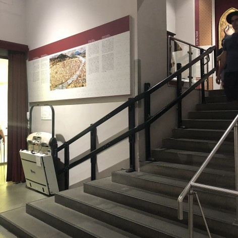 Plataforma elevatória para escada na Galleria dell'Accademia, Florença<br />Foto Larissa Scarano, 2018
