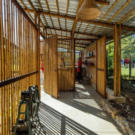 Community Center Camburi, Ubatuba SP Brasil, 2018. CRU! Architects, Sven Mouton, Reintje Jacobs, Britt Christiaense e Jan Detavernier<br />Foto Nelson Kon