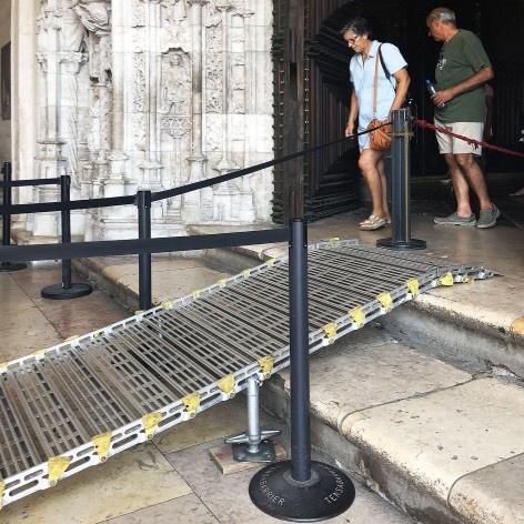 Rampa de acesso à Igreja do Mosteiro dos Jerónimos, Lisboa<br />Foto Larissa Scarano, 2018