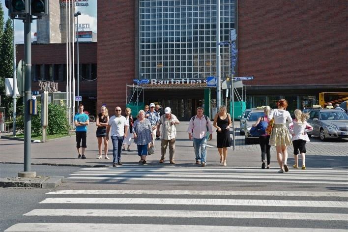 Aspecto do ambiente urbano de Tampere em detalhe de travessia de pedestres no entorno da Estaçao Ferroviaria Rautatienkatu<br />Foto Fabio Lima