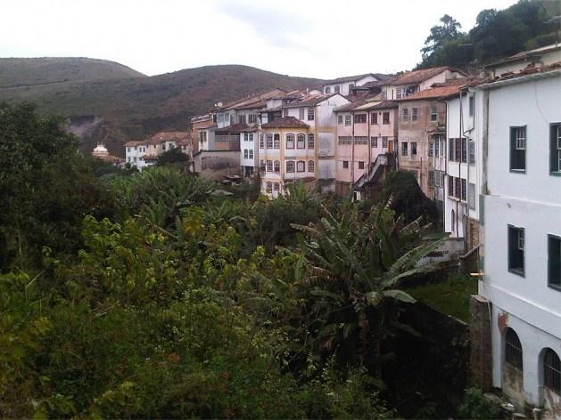 Casario faz a contenção do terreno ao longo do Vale dos Contos<br />Foto Abilio Guerra