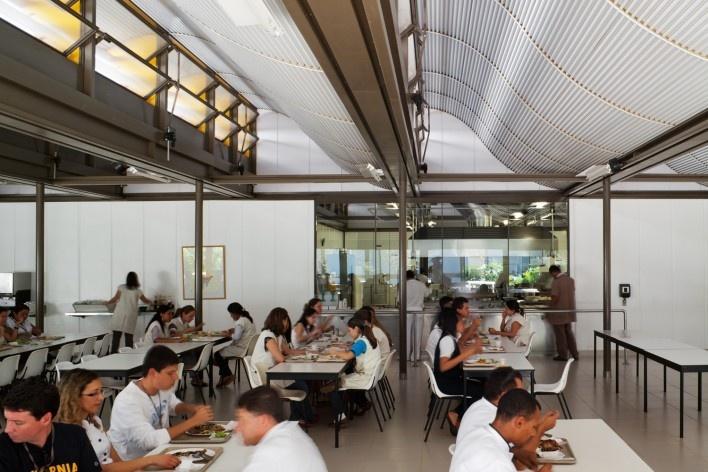 """Sarah Brasília Lago Norte, refeitório, Brasília DF<br />Foto Nelson Kon  [LIMA, João Filgueiras (Lelé). """"Arquitetura - uma experiência na área da saúde""""]"""