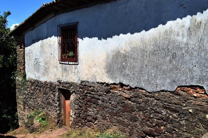Parede de pau a pique assentada sobre fundação de canga, Ouro Preto MG, 2014<br />Foto Elio Moroni Filho