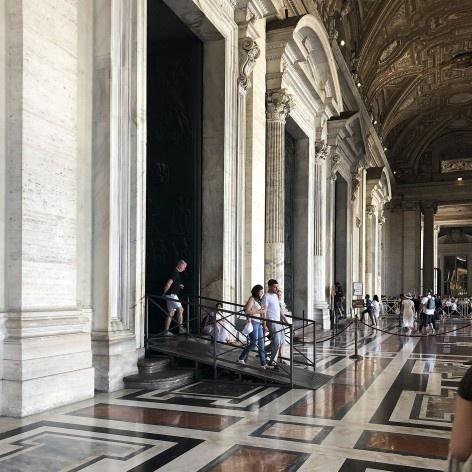 Rampa de acesso à Basílica de São Pedro, Vaticano<br />Foto Larissa Scarano, 2018