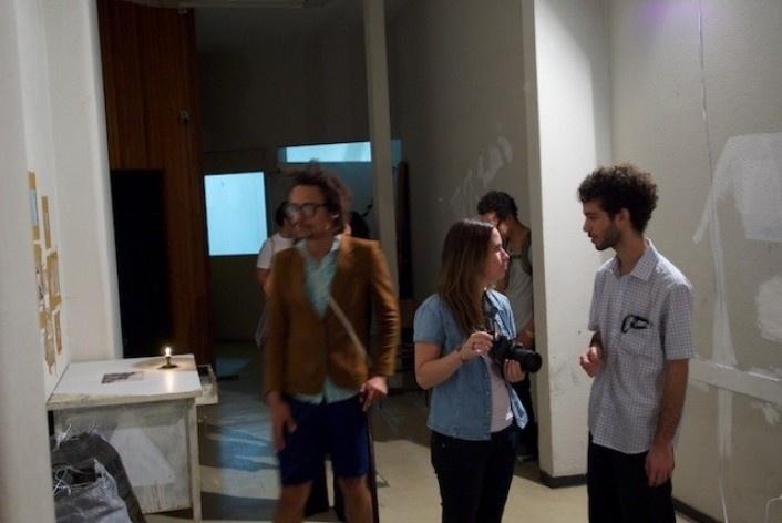 Exposição Projeto Imóvel,  artista Andre Sztutman (à direita) entre amigos dentro de sua instalação<br />Foto Frans Kemper