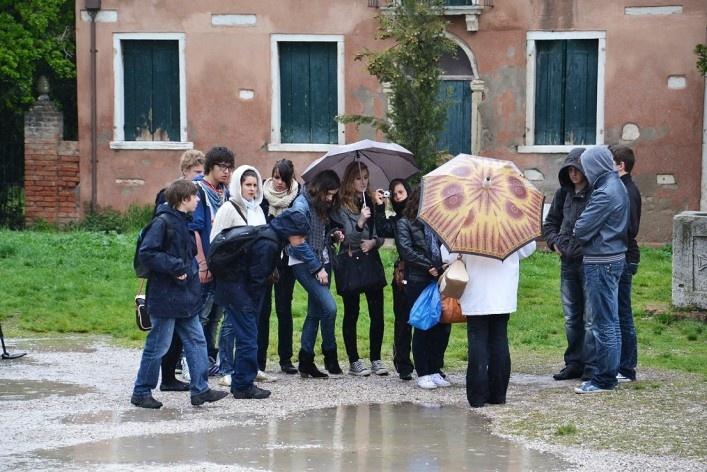 Tourists in the square around the Basilica<br />Foto/photo Fabio Lima