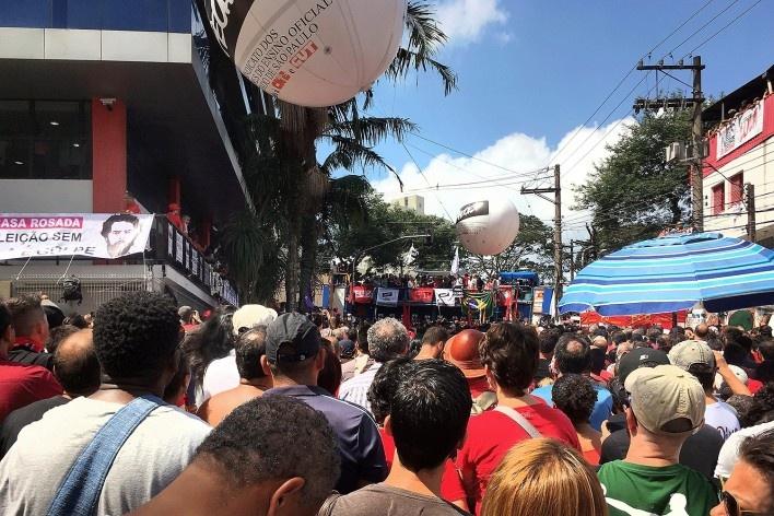 Rua frontal ao Sindicato de Metalúrgicos do ABC com palanque ao fundo, São Bernardo do Campo<br />Foto Abilio Guerra