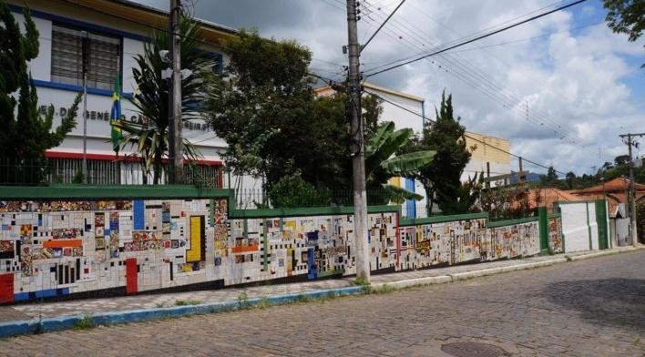 Visão ampla do Muro da Escola Estadual Dr. Genésio Cândido Pereira 2<br />Foto Bianca Siqueira Martins Domingos