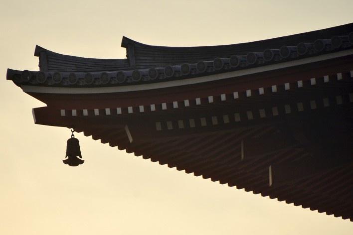 Lanterna solitária pendurada no telhado em templo, Tóquio<br />Foto Roberto Abramovich