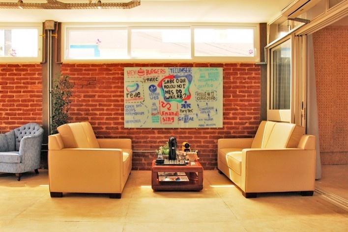 Wikilab Coworking, sofá do café, São Carlos, 2016. Arquiteto José Calijuri Hamra<br />Foto divulgação