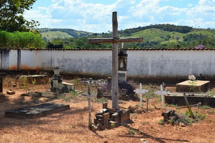 Capela de Nossa Senhora do Rosário, cemitério lateral bastante pobre com cruzeiro de madeira ao centro, tendo ao fundo a paisagem do sertão goiano, Arraial da Barra, Goiás Velho GO, 2014<br />Foto Elio Moroni Filho