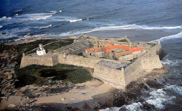 Farol de Ínsua, inserido no convento medieval de Santa Maria da Ínsua<br />Foto Filipe Jorge / Divulgação