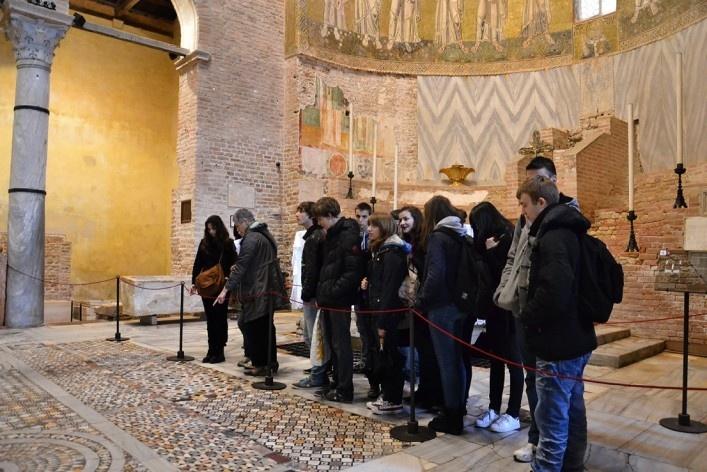 Interior da Basílica, turistas, afrescos e mosaicos<br />Foto/photo Fabio Lima