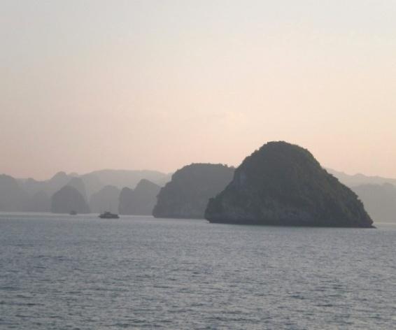 Baía de Ha Long, visão mágica das ilhas<br />Foto Lucia Maria Borges de Oliveira