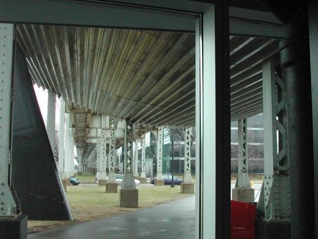 O nada fotogênico tubo Exelon, que divide o McCormick Center (e o IIT) em duas partes e funciona como o principal elemento da cobertura<br />Foto Carlos M. Teixeira