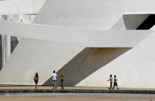 Pessoas passeando junto ao espelho d'água<br />Foto Sandra Godoy