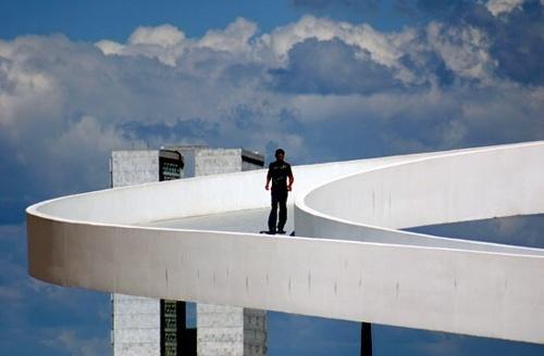 Homem andando na passarela<br />Foto Sandra Godoy