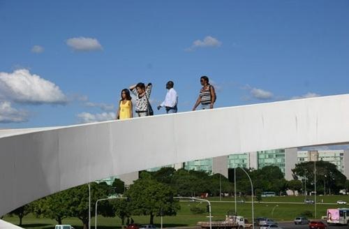Família andando na passarela<br />Foto Sandra Godoy
