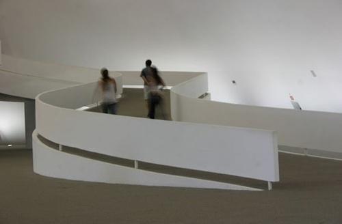 Três jovens acessando a passarela interna do Museu Nacional<br />Foto Sandra Godoy