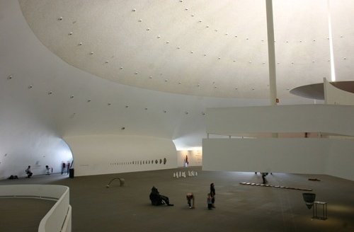 Pessoas observando o interior do Museu Nacional <br />Foto Sandra Godoy