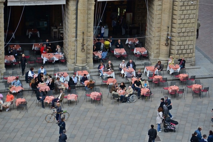 Centro Histórico de Bolonha, café em área restrita a pedestres<br />Foto Fabio Jose Martins de Lima
