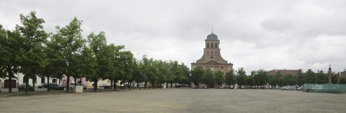 Neuf-Brisach, Praça de Armas com a Igreja Real de São Luiz<br />Foto Victor Hugo Mori