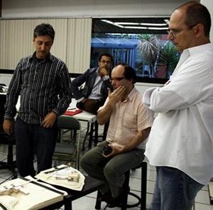 Grupo brasileiro participando de avaliação de trabalhos de alunos<br />Foto Silvana Romano Santos