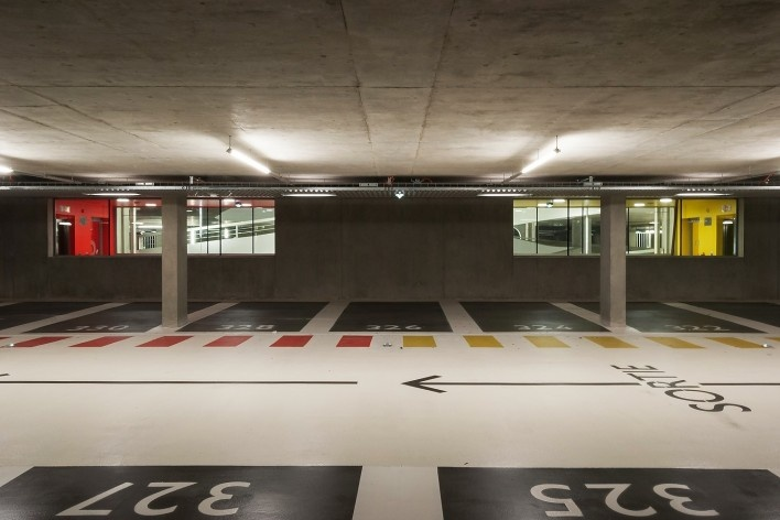Edifício de Uso Misto, circulação de automóveis no estacionamento, Grenoble. Arquiteto Hugues Grudzinski / GaP Studio<br />Foto divulgação  [GaP Studio]