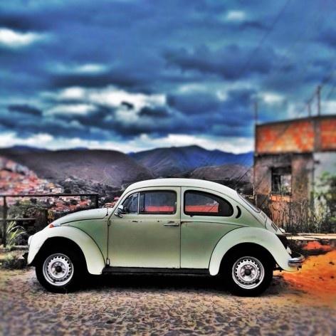 """Fusca verde fugidio, série fotográfica """"Os fuscas ofuscam""""<br />Foto Fernando Mascaro"""