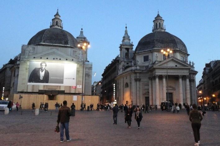 Uso de tapumes, telas com impressões e publicidade sobre a fachada da Basilica de Santa Maria in Montesanto em recuperação, Piazza del Popolo, Roma<br />Foto Petterson Dantas