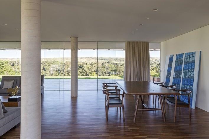 Casa Torreão, vista interna da sala, Brasília DF, arquitetos Daniel Mangabeira, Henrique Coutinho e Matheus Seco Foto Haruo Mikam