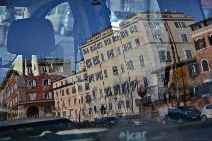 Contaminações, patrimônio edificado refletido em janela de automóvel<br />Foto Fabio José Martins de Lima