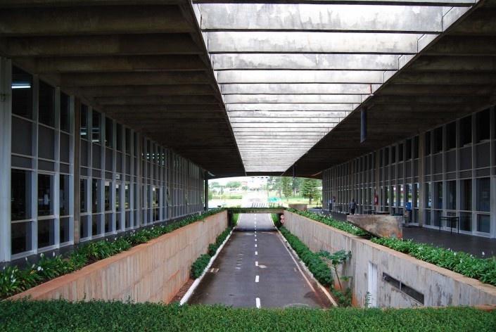 Escola Superior de Administração Fazendária – ESAF, circulação interna de automóveis, Brasília DF<br />Foto Daniel Corsi