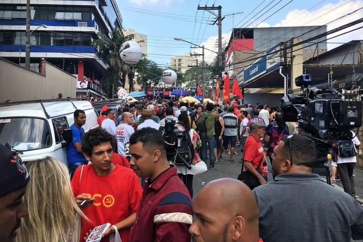 Aglomeração de manifestantes nas imediações do Sindicato de Metalúrgicos do ABC, São Bernardo do Campo<br />Foto Abilio Guerra