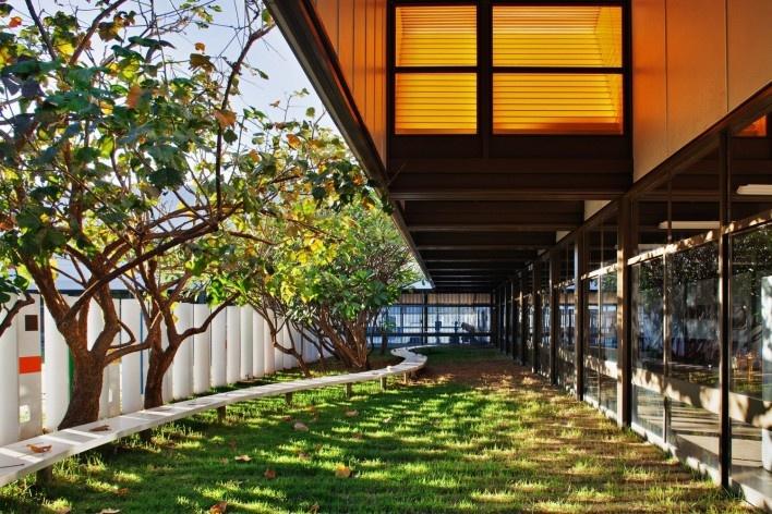 """Sarah Brasília Lago Norte, jardim integrado ao hall principal, Brasília DF<br />Foto Nelson Kon  [LIMA, João Filgueiras (Lelé). """"Arquitetura - uma experiência na área da saúde""""]"""