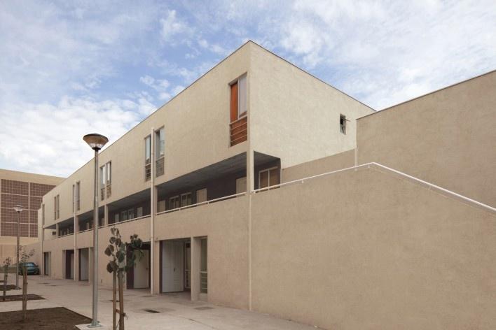 Obra Concluída: Fachada do Edifícios de Casas Sobrepostas ( Térreo+Dupléx)<br />Foto Leonardo Finotti