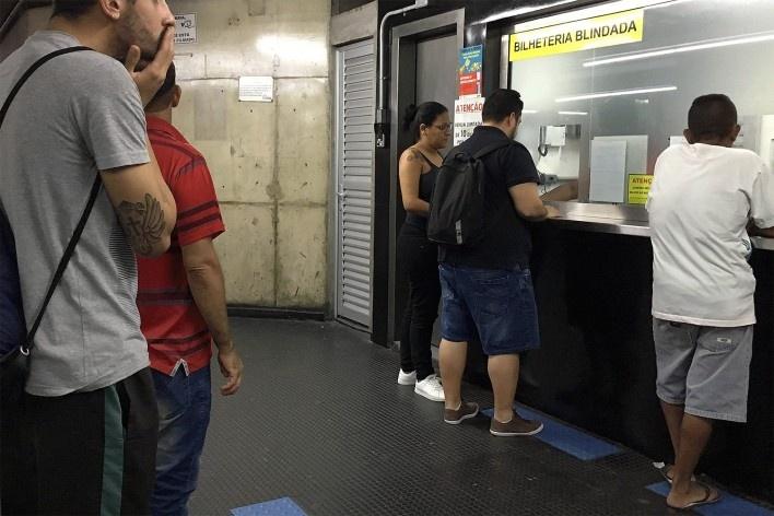 Estação intermodal Prefeito Celso Daniel, guichê de bilhetes, Santo André<br />Foto Abilio Guerra