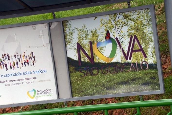 Painel em abrigo de ônibus anunciando a Nova São Gonçalo<br />Foto/Photo Fabio Lima