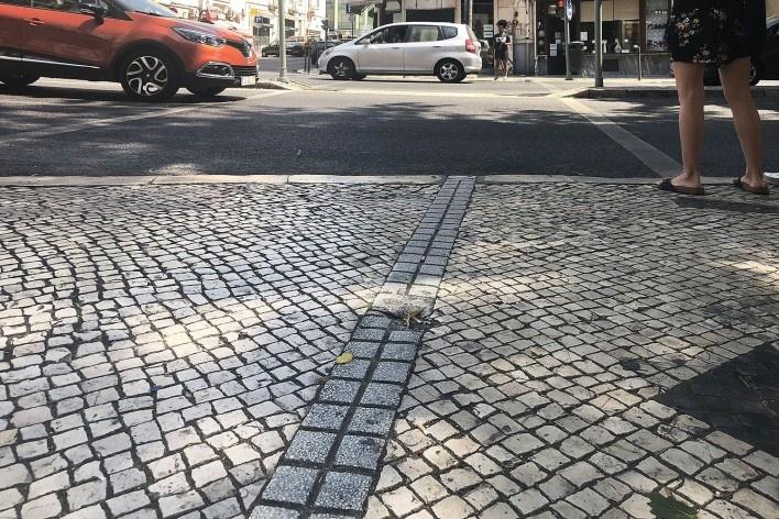 Calçada de pedra portuguesa nivelada e faixa de travessia rebaixada, Lisboa<br />Foto Larissa Scarano, 2018