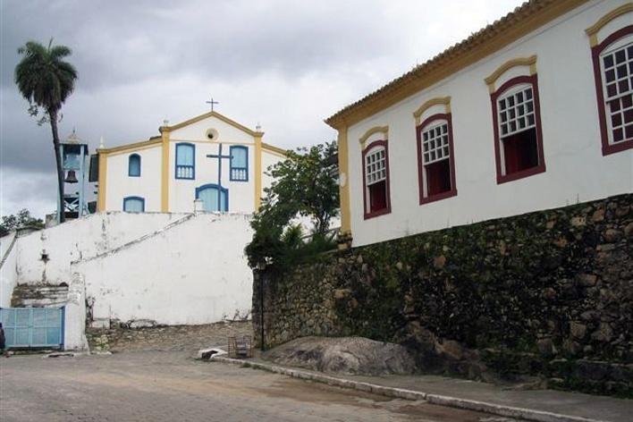Casa do IPHAN em Goiás, com bloco de pedra na calçada. Ao fundo, a Igreja de São Francisco<br />Foto Luís Magnani