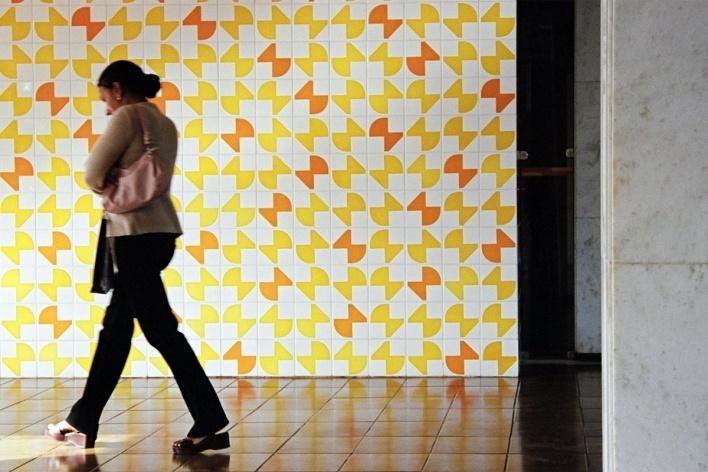 Pessoa passando na frente do painel de Athos Bulcão<br />Foto Lana Guimarães