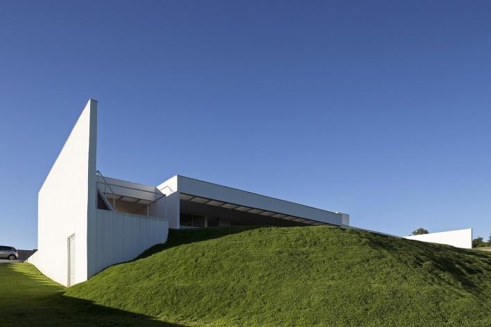 Casa Torreão, vista posterior do terreno na esquina sudoeste, Brasília DF, arquitetos Daniel Mangabeira, Henrique Coutinho e Matheus Seco<br />Foto Haruo Mikami