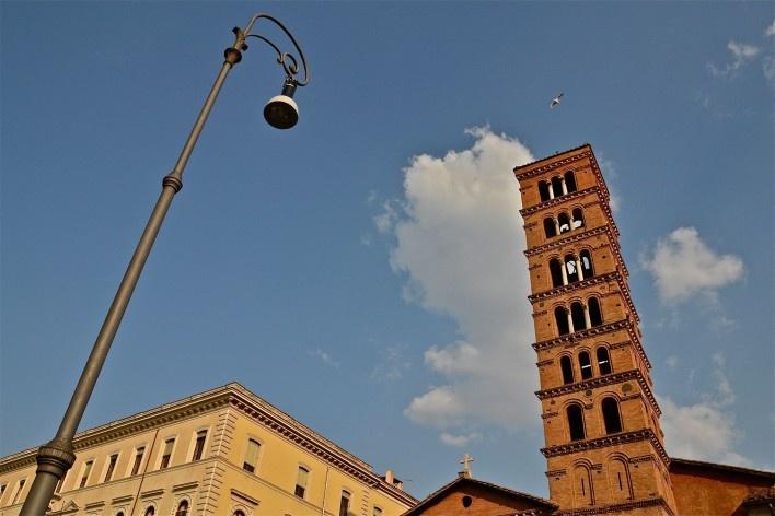 Contrastes, patrimônio edificado, parte da torre da Basílica de Santa Maria in Cosmedin, no centro urbano de Roma<br />Foto Fabio José Martins de Lima