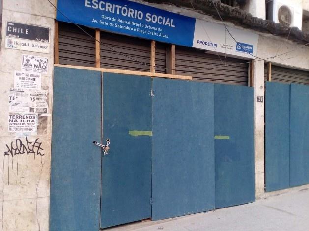 Tapumes protegendo as portas de enrolar do Escritório Social na rua Chile<br />Foto Volha Yermalayeva Franco