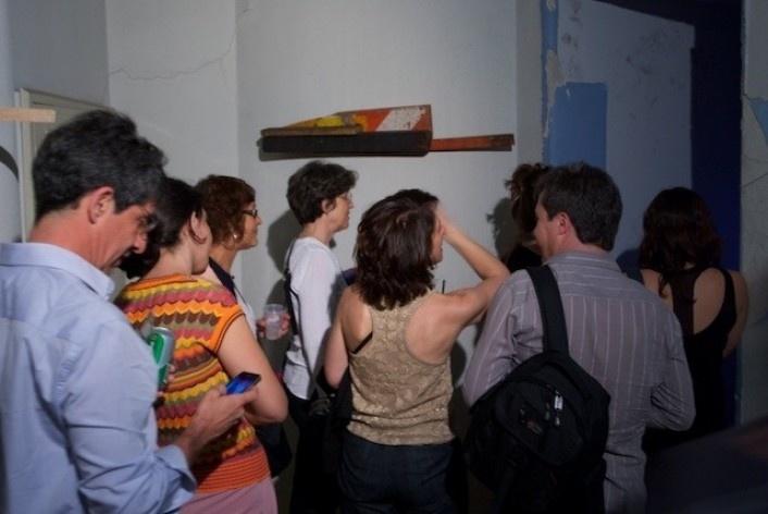 Exposição Projeto Imóvel, Regina Silveira e outros convidados. Na parede, obra de Jan Nehring<br />Foto Frans Kemper