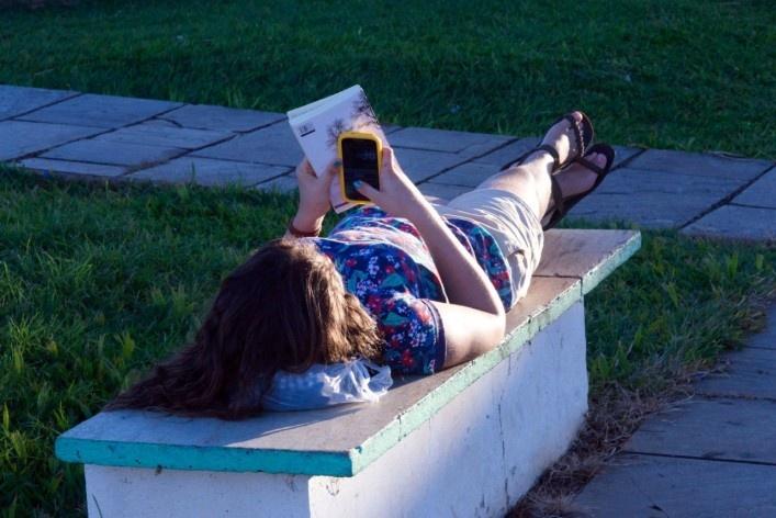 Turista na praça twitando e lendo<br />Foto Fabio Lima