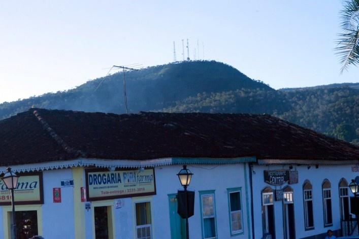 Aspecto do conjunto urbano edificado, com o promontório montanhoso ao fundo<br />Foto Fabio Lima
