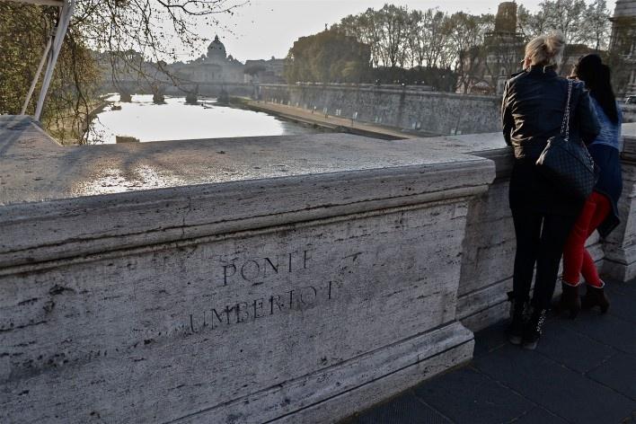 Contaminações, turistas na Ponte Umberto I sobre o rio Tevere com vistas para a Cidade do Vaticano<br />Foto Fabio José Martins de Lima