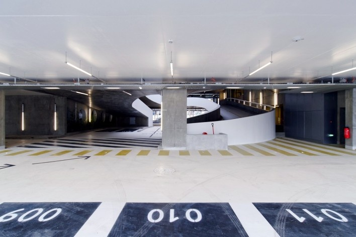 Edifício de Uso Misto, rampas nível terreo, Grenoble. Arquiteto Hugues Grudzinski / GaP Studio<br />Foto divulgação  [GaP Studio]