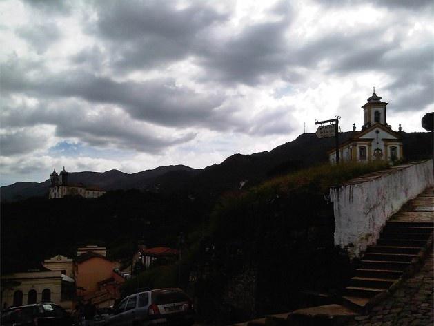 No alto, igreja de São Francisco e Igreja Nossa Senhora das Mercês e Misericórdia; em primeiro plano, à direita, muro de arrimo e escadaria na calçada<br />Foto Abilio Guerra